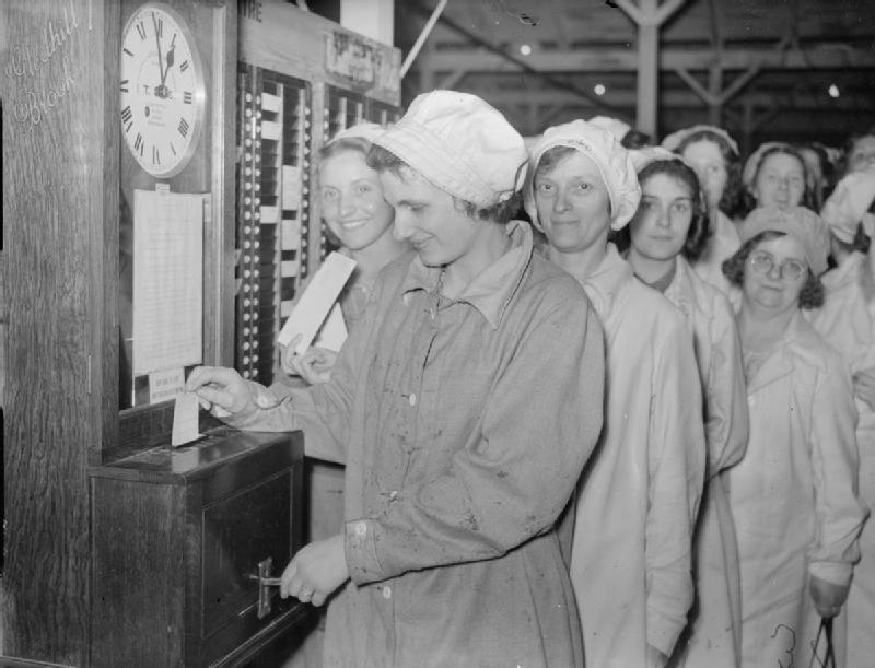 Arbetare i Storbrittanien 1940 står i kö vid stämpelklockan