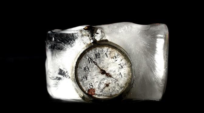 Bild på en fryst gammeldagsklocka