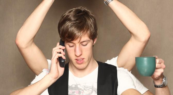 En man som försöker hinna med flera saker samtidigt med hjälp av flera armar, han håller i en kaffekopp, pratar i telefon, håller en stor klocka över huvudet och kollar på sitt armbandsur