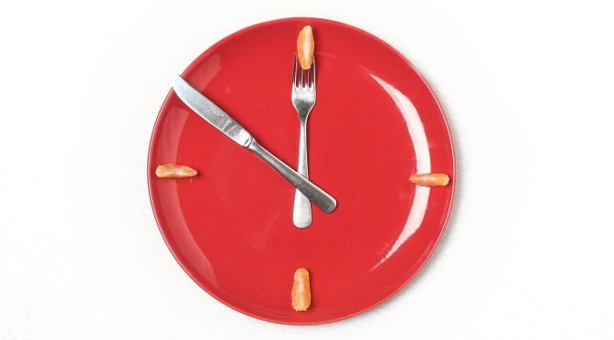 Tallrik med bestick i form av en klocka
