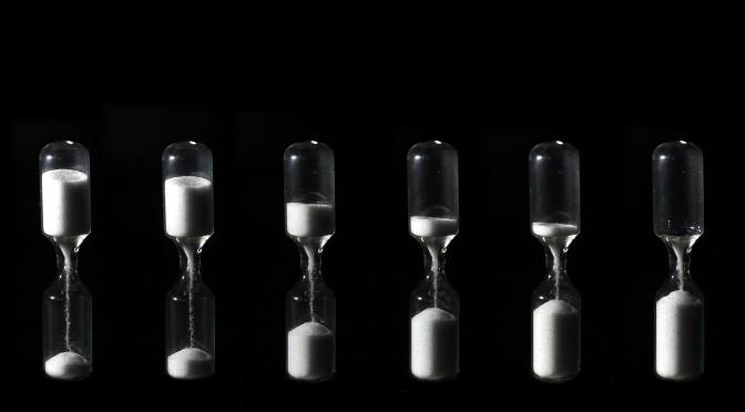 sex timglas i olika stadier av fyllnad