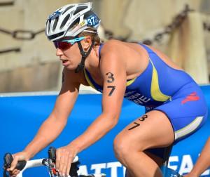 Lisa Nordén cyklar på en tävlingscykel