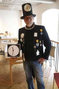 Konstnären Leif Högström frågade besökarna om de önskade att dygnet hade 13 timmar. Foto Bengt Backlund.